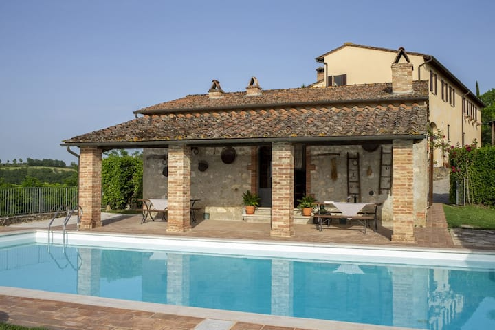 Crete Senesi: farmhouse with pool and great view