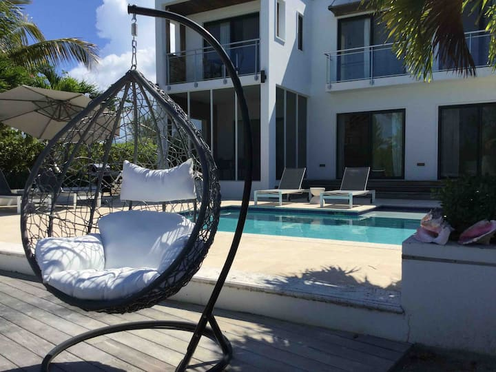 Modern 3 bed on water. Less than a mi to Grace Bay