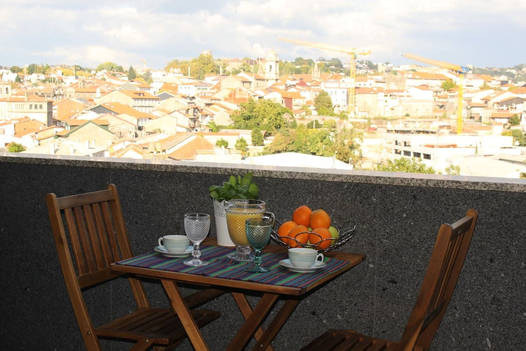 Balcony with a panoramic view of Guimarães - This could be the perfect setting for your morning coffee or to enjoy a sunset drink