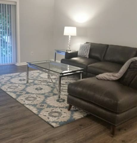 Charlotte Condo 2bd/2 bth convenient to everything