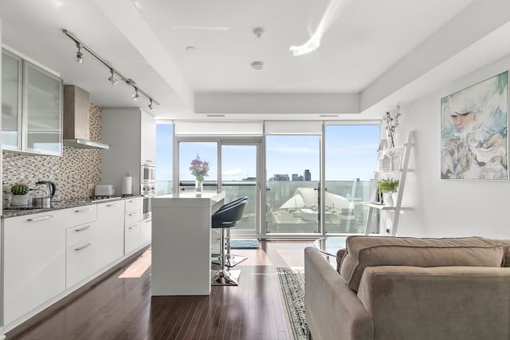 Beautiful Condo Steps from Union and CN Tower