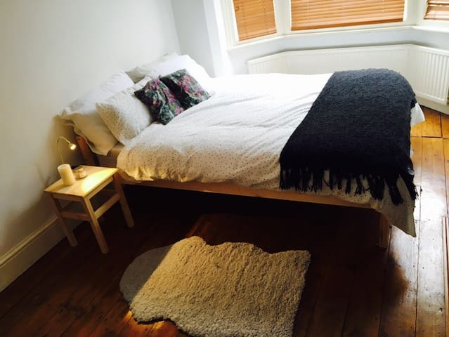 Cosy double bedroom near town ! - Leicester - Haus