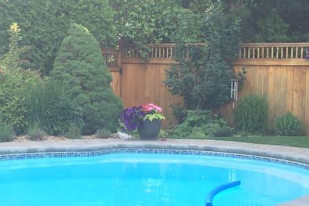 MId century modern 4-bedroom backyard oasis w/pool - Ottawa