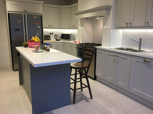 Modern family home, 10 mins to Airport 20 to City