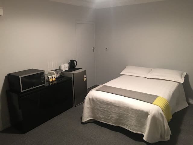 Comfy, close to transport & awesome hosts - Auckland - Flat