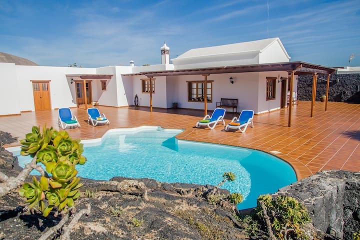 casa lola lanzarote piscina climatizada y internet - El Islote - Willa