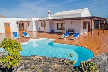 casa lola lanzarote piscina climatizada y internet - El Islote - Vila