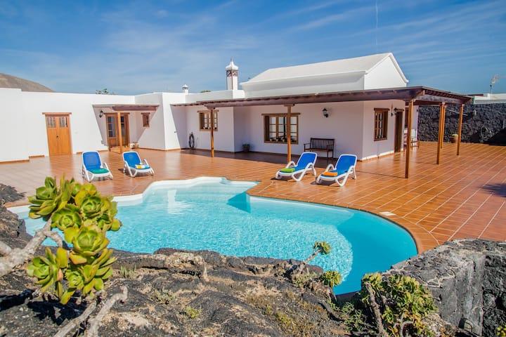 casa lola Lanzarote piscina climatizada, internet