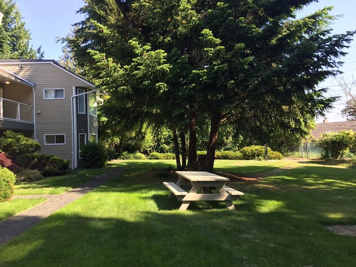 2 Bedroom Unit 2 mins from the beach!