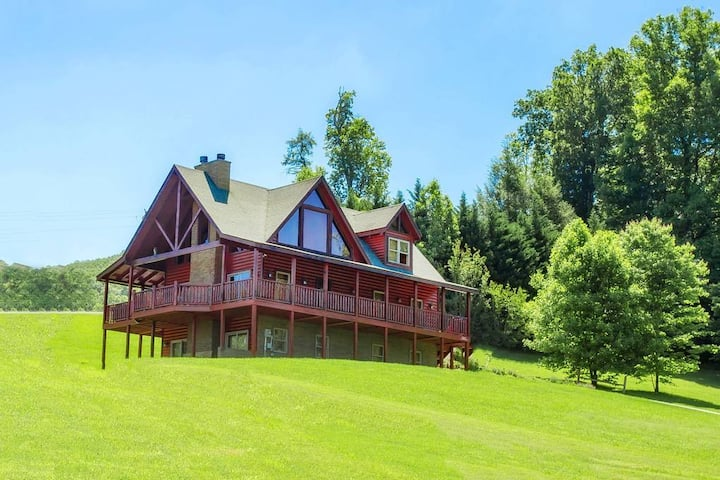 4bd 3.5 bath - 3 story authentic Luxury Log Cabin is located in in the Heart of Wears Valley!