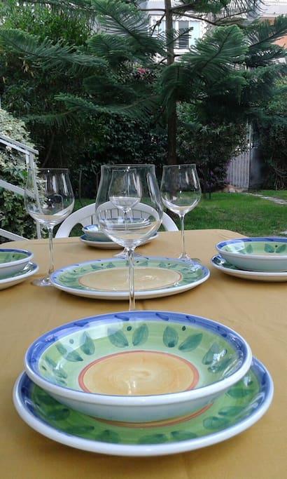 Pranzo in giardino.  -   Lunch with ceramic