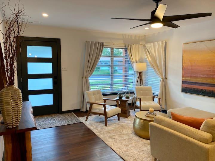 Mid-Century Modern Casa W/ Private Rooms