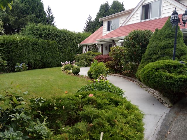 Warm and Sweet Rooms, West Vancouver - West Vancouver - Villa