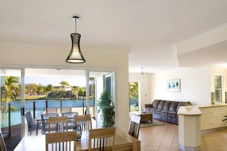Perfect Noosa home situated on the water - Noosaville