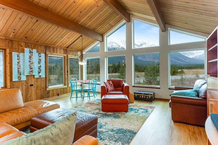 Remodeled house w/ private hot tub, gas grill, & stunning views - walk to lifts!