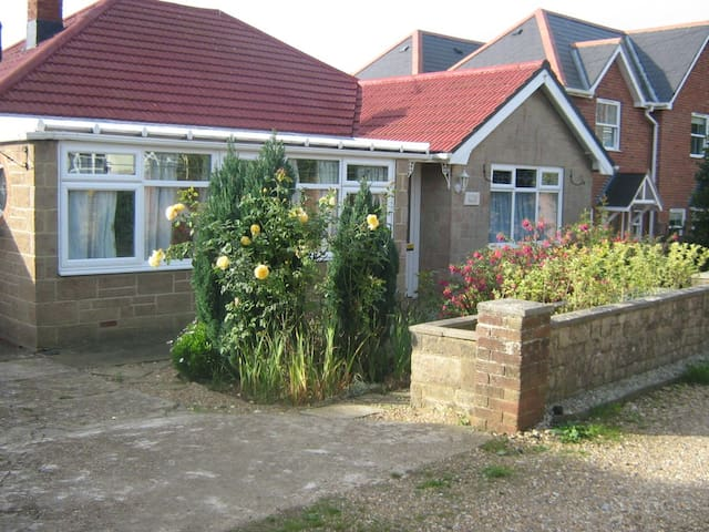 Detached bungalow close to the village and beach. - Saint Helens - Bungalo