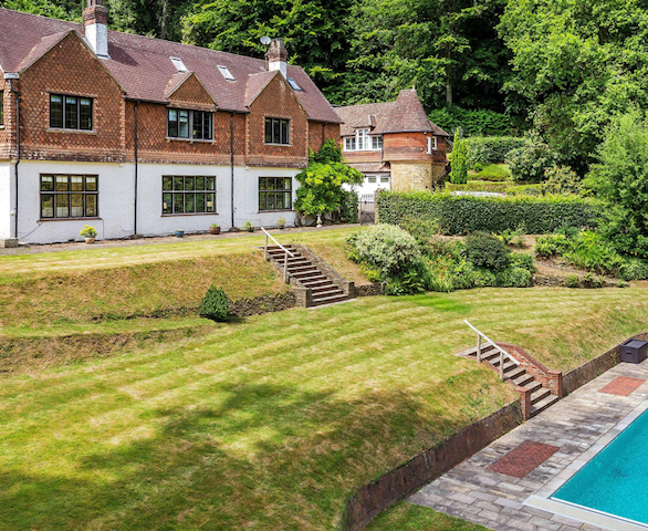 Like a Mini-Country Club in The Surrey Hills - Surrey - House