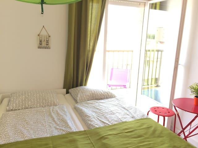 3. Schlafzimmer mit ausgezogenem Bett