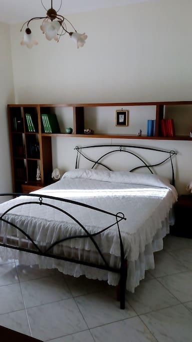 Camera da letto con spogliatoio e bagno privato. Balcone