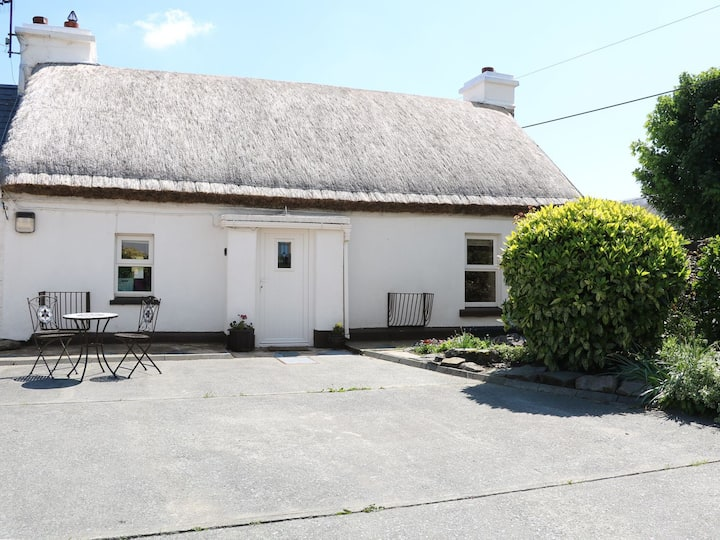 Whispering Willows - The Thatch, 5* cottage