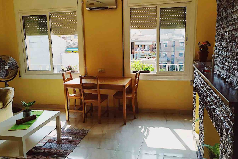 El salón para relajarnos en los sofás, o leer un rato con vistas al mediterráneo.
