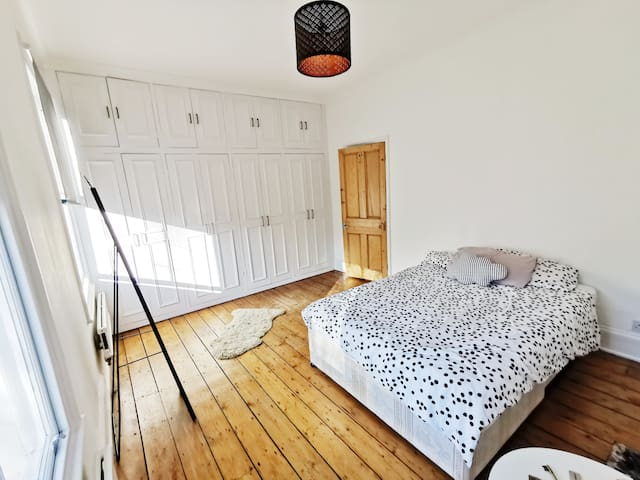Spacious double in traditional Angel town house