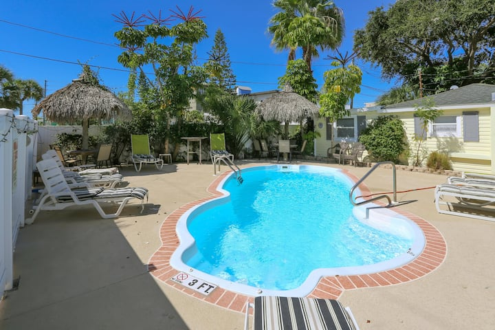 NEW!! Beautiful complex/1BR stand-alone Cottage/Just steps to the beach!