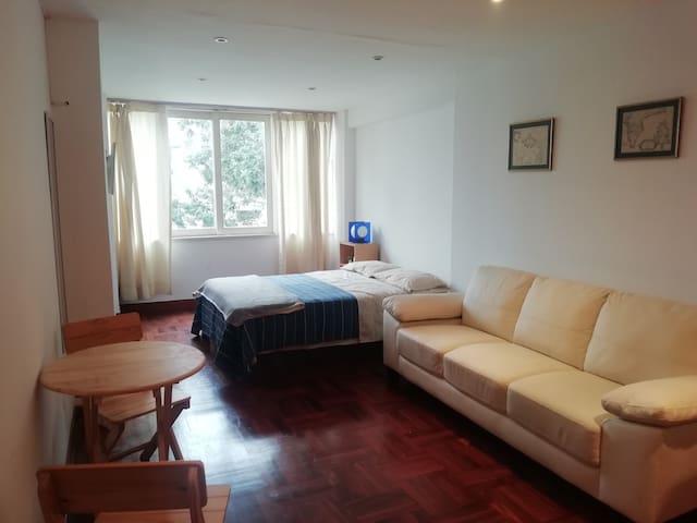 Amplia habitación en malecón San Isidro