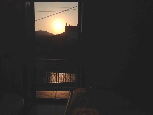 Vista dalla camera da letto matrimoniale al tramonto