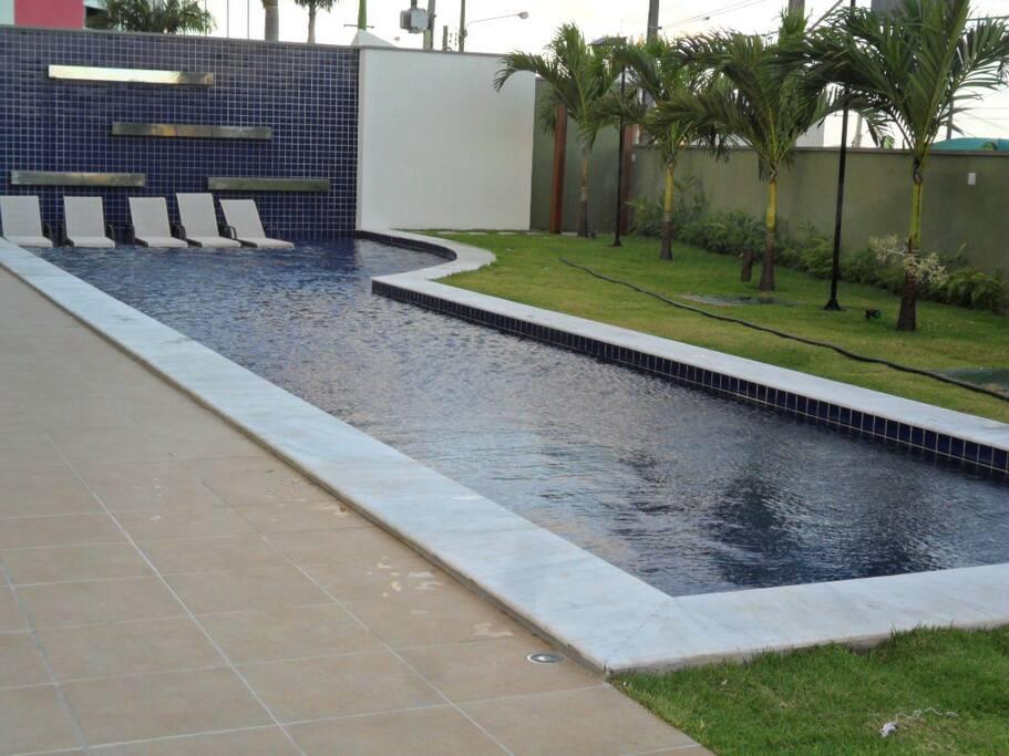 Piscina com cachoeira, no condomínio, do apartamento em Ponta Negra, Natal