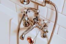 Bathtub : Victorian style taps