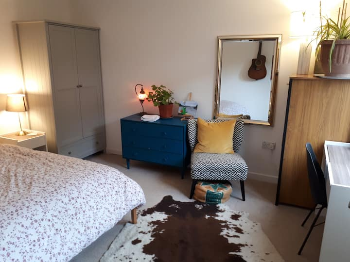 Spacious double bedroom in wonderful new flat