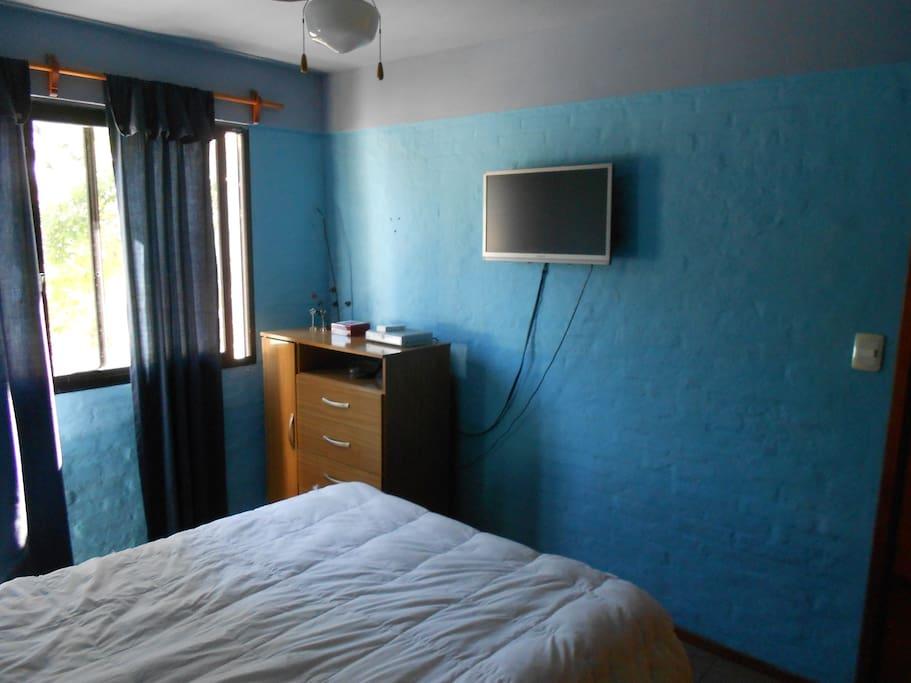 Dormitorio con Direct TV
