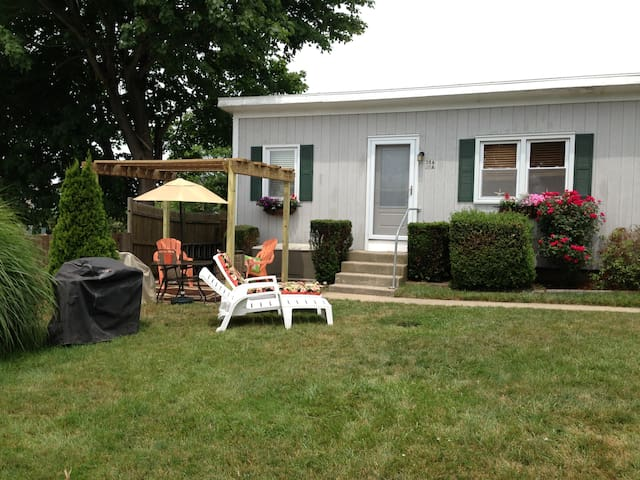 Clean Coastal Cottage Getaway - Middletown - Apartment