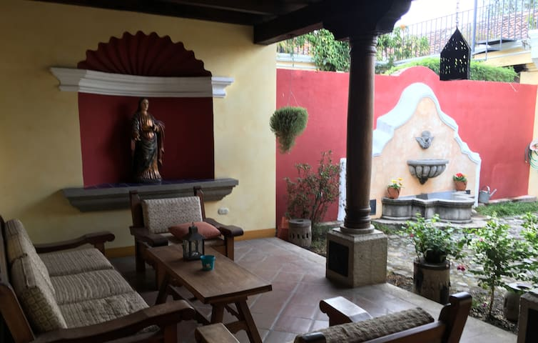 Elegant home in quiet, upscale gated community - Antigua Guatemala - Hus