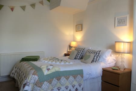 Seaside Ensuite cosy double room .. - Burry Port - Bed & Breakfast
