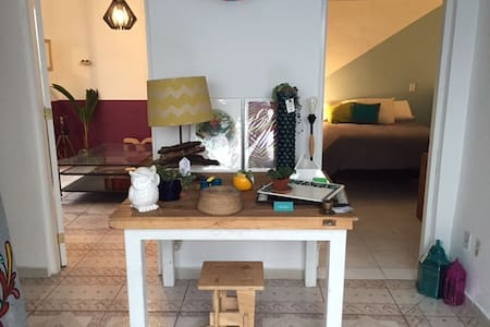 Beautiful room in one of the coolest neighborhoods of México. This house has a small art gallery in the first floor, where you can also get mexican products and at the same time enjoy a peacefull and private home in the second floor.