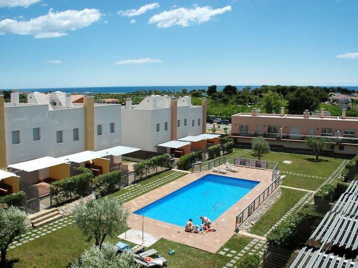 Grandes maisons avec terrasse et piscine pour 6 personnes. Réf.via augusta-6