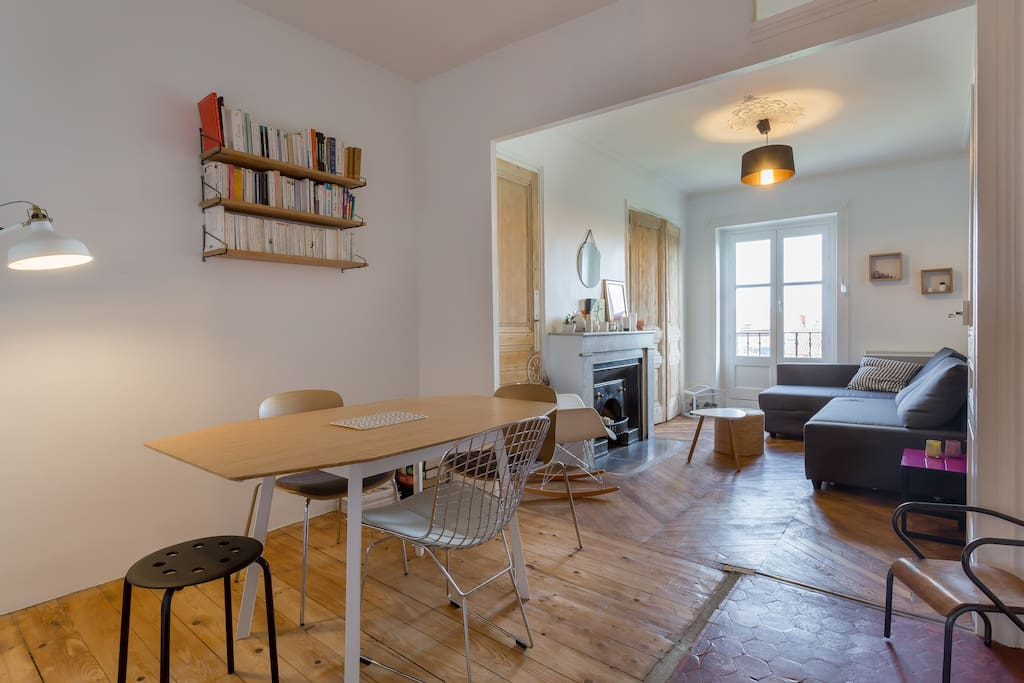 la pièce à vivre spacieuse et lumineuse
