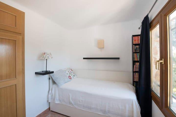 Maison en location à Begur - Girona - Costa Brava. Ideal pour passé les vacances en famille. Avec 4 chambres, trois salles de bain. Barbacue. Piscine privée. Place de parquing. Wifi. Location sur Agenciavi - Immobiliaria - Begur.