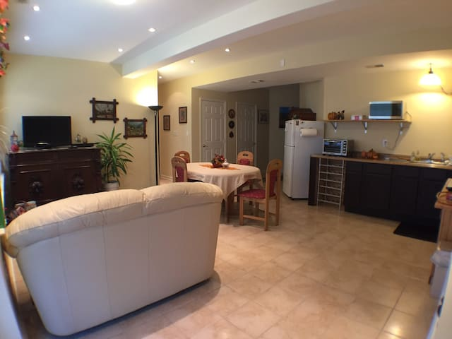 Modern Furnished Apartment 1-2 Bdrm - Woodbridge - Apartamento