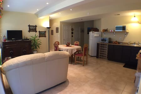Modern Furnished Apartment 1-2 Bdrm - Leilighet