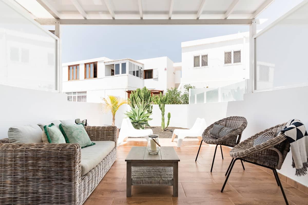 Arquitectura local, luz y confort en dúplex junto a la playa en Lanzarote