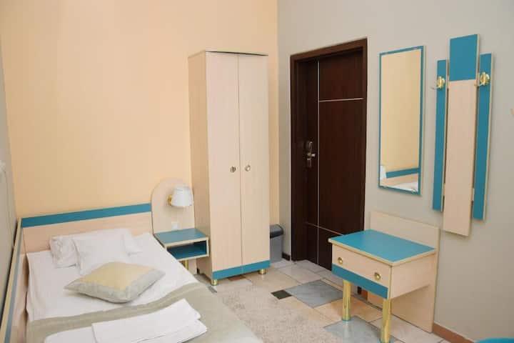 Pokój jednoosobowy z dzieloną łazienką