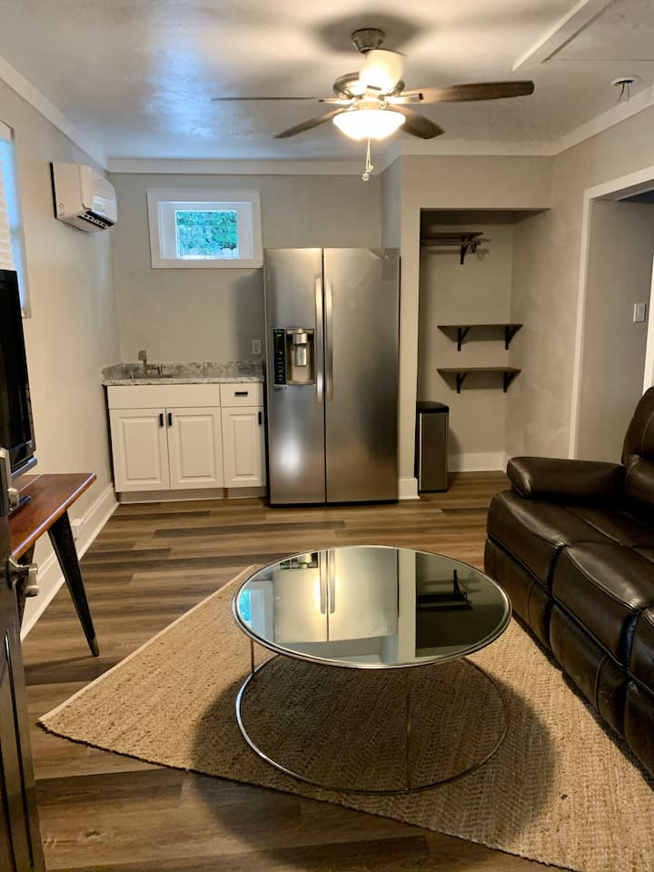 Private guest apartment in beautiful neighborhood!