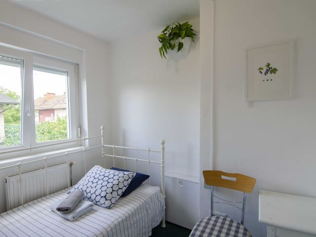Single Room with Shared Shower and Toilet. Family Guesthouse GreenSLO