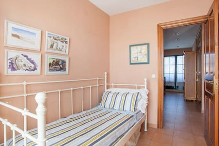 Habitación individual luminosa con balcón y baño - L'Eliana