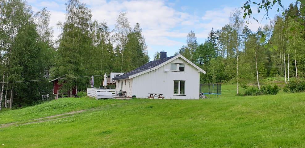 Stort flott hus idyllisk plassert ved stor innsjø