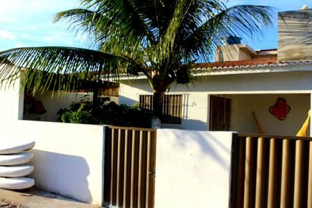 Casa sol e praia em condomínio.