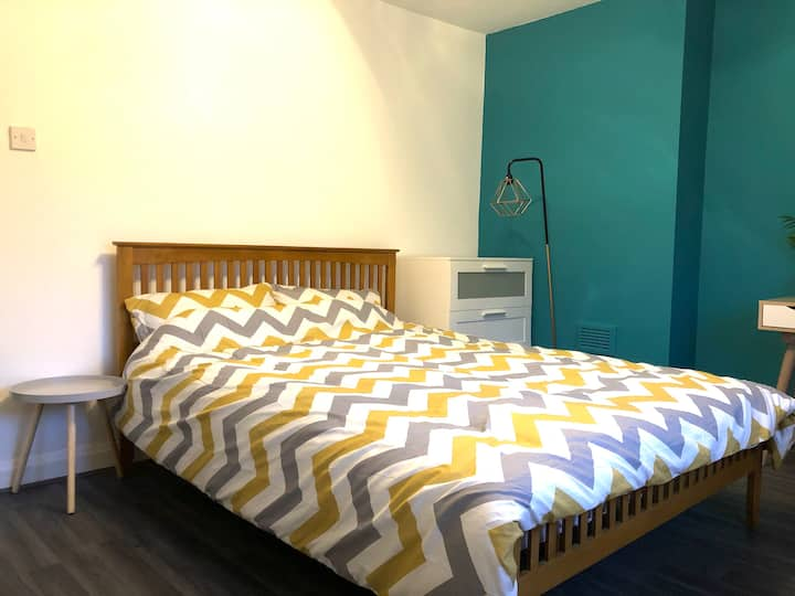 Beatuniful room in E16 with Kingsize bed -1
